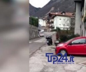 https://www.tp24.it/immagini_articoli/12-01-2019/1547273721-0-litiga-passante-balcone-casa-sporge-troppo-cade-video-surreale.jpg