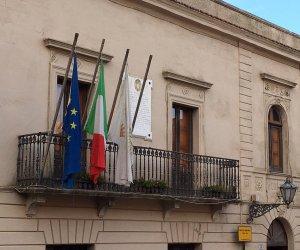 https://www.tp24.it/immagini_articoli/12-05-2018/1526161613-0-indagini-comune-erice-carabinieri-prelevano-documenti-verbali.jpg