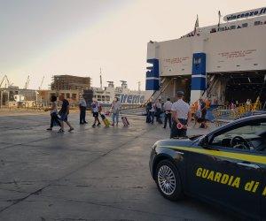 https://www.tp24.it/immagini_articoli/12-10-2019/1570868069-0-studenti-sbarcano-sicilia-droga-fermati-cane-finanziere-elisir.jpg