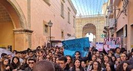 https://www.tp24.it/immagini_articoli/12-12-2018/1544653512-0-domani-manifestazione-studenti-marsalesi-doppi-turni-sfratti.jpg