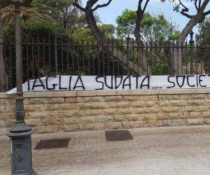 https://www.tp24.it/immagini_articoli/13-07-2020/1594641319-0-il-trapani-calcio-e-lo-striscione-a-villa-margherita-nbsp-maglia-sudata-societa-sbandata.jpg