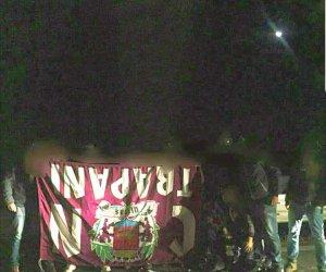 https://www.tp24.it/immagini_articoli/13-11-2017/1510573521-0-trapani-agguato-tifosi-ultra-lecce-rubano-violenza-bandiere-striscioni.jpg