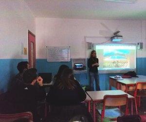 https://www.tp24.it/immagini_articoli/14-03-2019/1552548570-0-pantelleria-tenuta-prima-lezione-corso-giornalismo-turisticoambientale.jpg