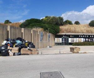 https://www.tp24.it/immagini_articoli/14-06-2018/1528972417-0-rifiuti-accolgono-visitatori-parco-archeologico-selinunte.jpg