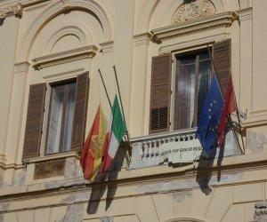 https://www.tp24.it/immagini_articoli/14-10-2020/1602672584-0-trapani-bandiere-a-mezz-asta-e-luci-accese-al-comune-per-i-pescatori-mazaresi.jpg