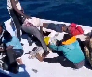 https://www.tp24.it/immagini_articoli/14-10-2021/1634197650-0-una-barca-piena-di-cadaveri-le-immagini-shock-dell-ennesima-tragedia-nel-mediterraneo.jpg