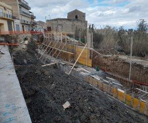 https://www.tp24.it/immagini_articoli/15-01-2021/1610706512-0-alcamo-continuano-i-lavori-si-consolidamento-della-strada-per-camporeale.jpg