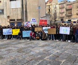 https://www.tp24.it/immagini_articoli/15-03-2019/1552644643-0-salemi-studenti-piazza-grido-vogliamo-respirare-nostro-futuro.jpg
