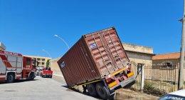 https://www.tp24.it/immagini_articoli/15-06-2021/1623752654-0-trapani-rimorchio-sprofonda-nell-asfalto.jpg