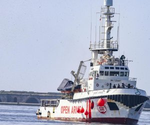 https://www.tp24.it/immagini_articoli/15-08-2019/1565853400-0-immigrazione-nave-open-arms-davanti-allisola-lampedusa-persone-bordo.jpg