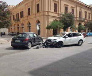 https://www.tp24.it/immagini_articoli/15-09-2021/1631707776-0-trapani-scontro-tra-due-auto-tre-feriti.jpg