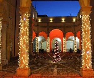 https://www.tp24.it/immagini_articoli/15-12-2019/1576393545-0-marsala-brindisi-polemiche-scambio-auguri-strade-vino.jpg