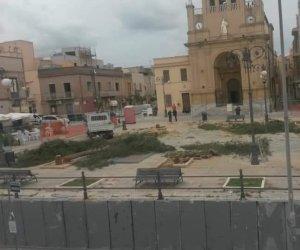 https://www.tp24.it/immagini_articoli/16-05-2019/1558029189-0-tagliati-alberi-piazza-paceco-protestano-cittadini-ambientalisti.jpg