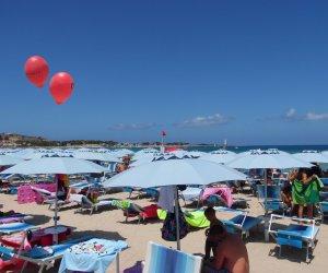 https://www.tp24.it/immagini_articoli/16-08-2019/1565974398-0-capitolo-spiaggia-vito-capo-giganteschi-palloni-rossi.jpg