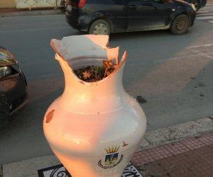 https://www.tp24.it/immagini_articoli/17-02-2021/1613549024-0-mazara-nbsp-vandalizzate-le-giare-in-ceramica-del-lungomare.jpg