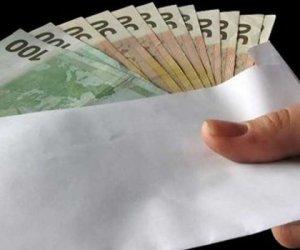 https://www.tp24.it/immagini_articoli/17-12-2017/1513545374-0-dare-soldi-sposi-matrimonio-diventa-reato-bufala.jpg