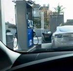 https://www.tp24.it/immagini_articoli/17-12-2018/1545059260-0-signora-cerca-bocchettone-benzina-lauto-elettrica-video.jpg