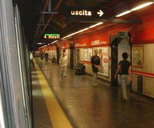 https://www.tp24.it/immagini_articoli/17-12-2019/1576575646-0-donna-spara-stazione-metro-roma.jpg