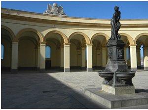 https://www.tp24.it/immagini_articoli/18-12-2019/1576687852-0-rubata-quattro-basi-fontana-piazza-mercato-pesce-trapani.png