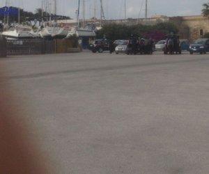https://www.tp24.it/immagini_articoli/19-05-2017/1495211713-0-marsala-vasta-operazione-carabinieri-posti-blocco-porticciolo.jpg