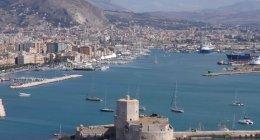 https://www.tp24.it/immagini_articoli/19-07-2019/1563554725-0-scrive-alessandro-ancora-porto-trapani-turisti-sole.jpg