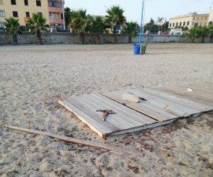 https://www.tp24.it/immagini_articoli/19-07-2021/1626685547-0-trapani-sistemate-le-pedane-della-spiaggia-danneggiate-dai-vandali.jpg