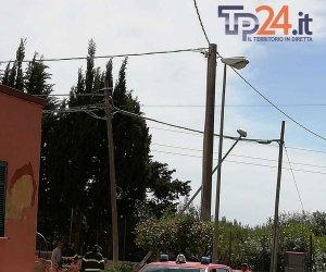 https://www.tp24.it/immagini_articoli/20-05-2019/1558370600-0-marsala-cade-palo-luce-contrada-gurgo-intervengono-vigili-fuoco.jpg