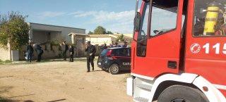 https://www.tp24.it/immagini_articoli/20-11-2018/1542711977-0-castelvetrano-case-abusive-polizia-campo-carabinieri-vigili-fuoco-ecco-perche.jpg