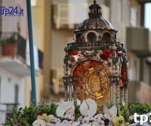https://www.tp24.it/immagini_articoli/21-01-2018/1516519929-0-marsala-lampione-rotto-aggiustato-dopo-anno-madonna-cava-miracolo.jpg