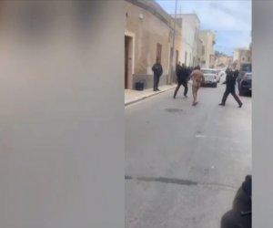 https://www.tp24.it/immagini_articoli/21-01-2020/1579617946-0-trapani-uomo-gira-nudo-strada-prende-carabinieri-video.jpg