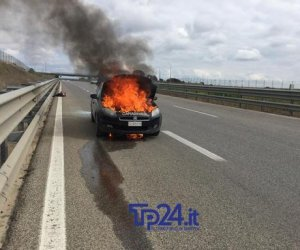 https://www.tp24.it/immagini_articoli/21-02-2019/1550727568-0-altre-immagini-dellauto-carabinieri-preso-fuoco-autostrada.jpg