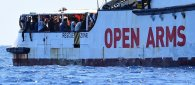 https://www.tp24.it/immagini_articoli/21-08-2019/1566368058-0-open-arms-fine-dellodissea-sbarcano-profughi-nave-sequestrata.jpg