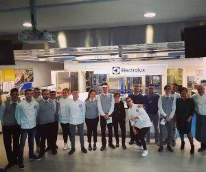 https://www.tp24.it/immagini_articoli/21-11-2018/1542814107-0-listituto-alberghiero-florio-erice-visita-aziendale-pordenone-electrolux.jpg