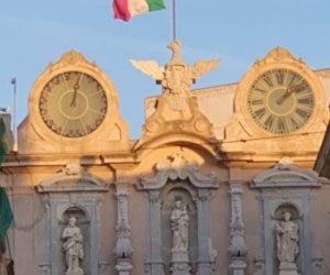 https://www.tp24.it/immagini_articoli/22-02-2021/1614006808-0-l-orologio-di-palazzo-cavarretta-e-fermo-da-tempo-nbsp.jpg