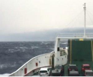https://www.tp24.it/immagini_articoli/22-04-2019/1555942207-0-scirocco-sicilia-immagini-auto-onde-stretto-messina.jpg