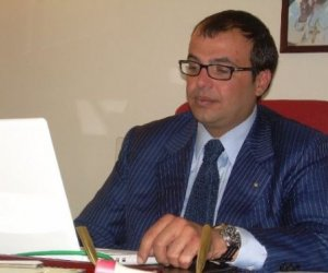 https://www.tp24.it/immagini_articoli/22-09-2013/1379883716-0-alessandro-alfano-va-alle-poste-ma-voleva-tornare-alla-camera-di-commercio.jpg