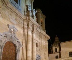 https://www.tp24.it/immagini_articoli/22-09-2019/1569182631-0-marsala-cadono-calcinacci-facciata-chiesa-madre-area-transennata.jpg