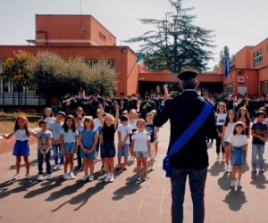 https://www.tp24.it/immagini_articoli/22-09-2021/1632304622-0-torneremo-a-scuola-la-canzone-ideata-dalla-polizia-di-stato.jpg