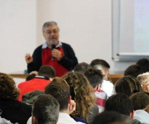 https://www.tp24.it/immagini_articoli/22-11-2014/1416670247-0-augusto-cavadi-i-mafiosi-non-cambiano-snno-sempre-inseriti-nella-societa-siciliana.jpg