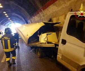 https://www.tp24.it/immagini_articoli/23-02-2020/1582441688-0-incidente-direzione-trapani-camion-schianta-muro-galleria.jpg