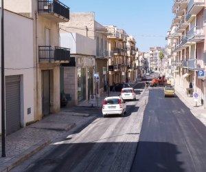 https://www.tp24.it/immagini_articoli/23-07-2021/1627073299-0-ad-alcamo-le-strade-si-asfaltano-con-la-gomma-riciclata.jpg