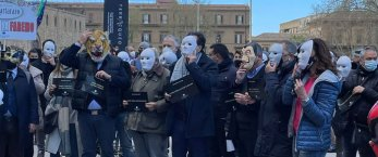 https://www.tp24.it/immagini_articoli/25-03-2021/1616677811-0-senza-lavoro-si-muore-a-palermo-flashmob-delle-imprese.jpg