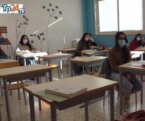 https://www.tp24.it/immagini_articoli/25-04-2021/1619380048-0-scuola-ecco-cosa-cambia-da-oggi-le-superiori-fino-al-100-nbsp-ma-la-sicilia-prende-tempo.jpg