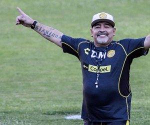 https://www.tp24.it/immagini_articoli/25-11-2020/1606324376-0-e-morto-diego-armando-maradona-il-calcio-piange-el-pibe-de-oro.jpg