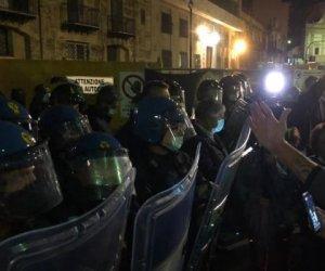 https://www.tp24.it/immagini_articoli/26-10-2020/1603693789-0-sicilia-scontri-in-piazza-nbsp-contro-i-provvedimenti-anti-pandemia.jpg