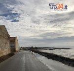 https://www.tp24.it/immagini_articoli/26-11-2018/1543233954-0-marsala-alghe-strada-lungomare-florio-pericolo-auto-moto.jpg