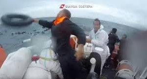 https://www.tp24.it/immagini_articoli/26-11-2019/1574749671-0-naufragio-lampedusa-mamma-morta-trovati-passaporti-figlie-piccol.jpg