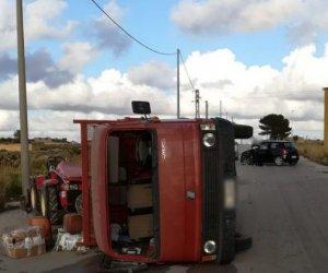 https://www.tp24.it/immagini_articoli/27-01-2020/1580156387-0-mazara-camion-ribalta-dopo-scontro-unauto-feriti.jpg