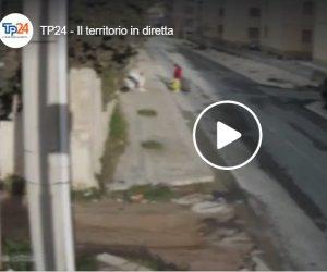 https://www.tp24.it/immagini_articoli/27-03-2021/1616865666-0-quello-in-monopattino-la-signora-in-rosa-e-gli-altri-il-video-degli-incivili-a-marsala-nbsp.png
