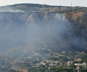https://www.tp24.it/immagini_articoli/27-07-2021/1627370348-0-l-incendio-di-erice-l-intervento-dell-aeronautica-militare-video.jpg